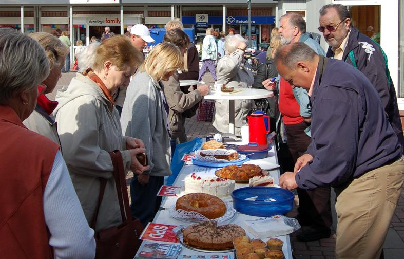 Immer umlagert: Das Kuchenbuffet beim Flohmarkt im Langener Lindenhof