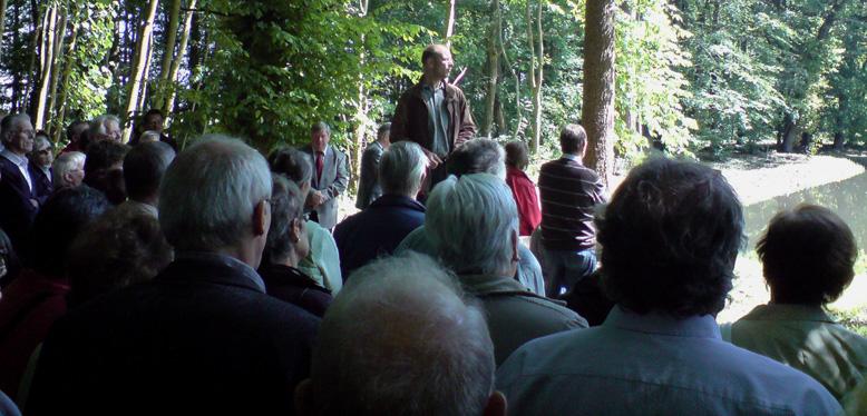 Dipl.-Ing. Jens Beck erläutert die im Gutspark Cadenberge durchgeführten Maßnamen