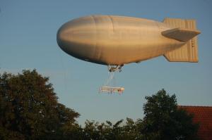 Der Zeppelin kehrt schon nach kurzer Fahrt zurück
